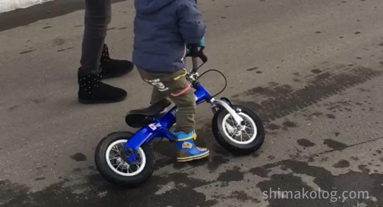 へんしんバイクSは、3歳児が支えるには少し重い
